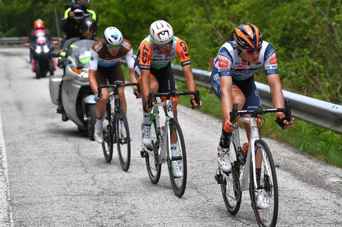 http://www.cyclingnews.com/news/disaster-averted-after-spectator-drops-bike-in-front-of-giro-ditalia-breakaway/